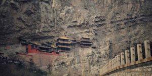 कई सालों से हवा से झूल रहा है यह मंदिर, जरा सी लापरवाही और खाई में