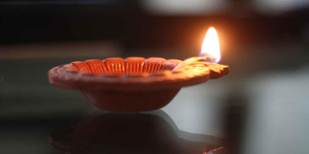 भगवान कृष्ण के सामने दीपक जलाने के फायदे -