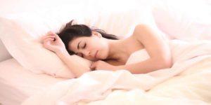क्यों नहीं बैठना चाहिए सोये हुए व्यक्ति के सिरहाने के पास ?