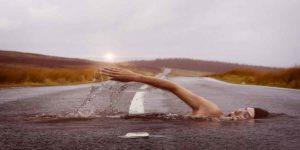 सपने में पानी में तैरना का क्या है मतलब?