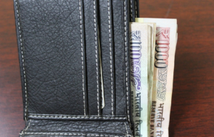 पैसों की तंगी को दूर करने के लिए अपनाएं पर्स से जुड़े यह खास 4 टोटके