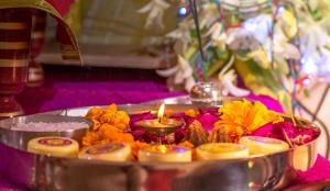 पूजा के समय आंख से आंसू और छींक आने का क्या है रहस्य!
